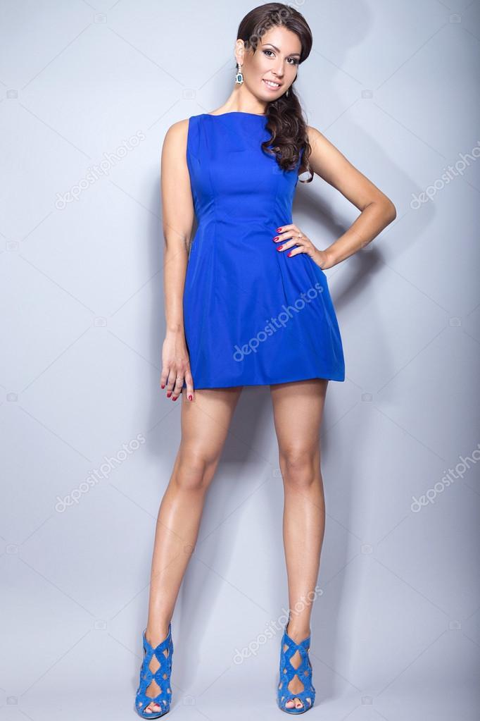 Chica Morena Hermosa En Un Vestido Azul Con Maquillaje De