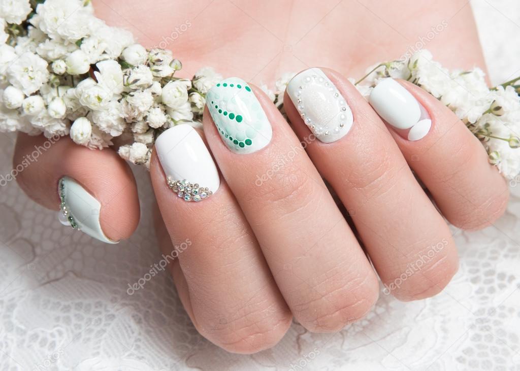 Bruiloft Manicure Voor De Bruid In Zachte Tinten Met Bloemen Nail