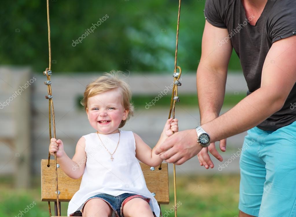 Baby Schommel Tuin.Vader Met Zijn Dochter Van De Schattige Baby Schommel In De Tuin