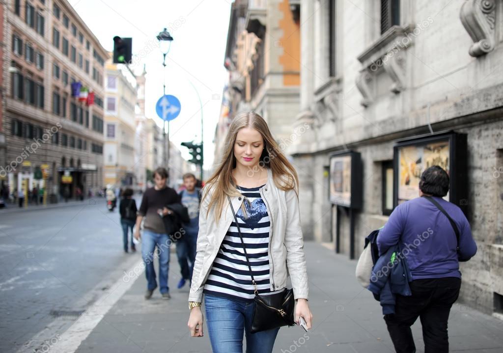 Девушки идут в джинсах длинноногой русской вылизал