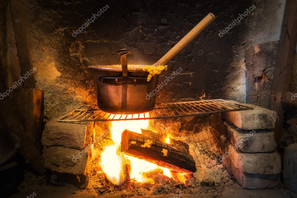 Pentola di polenta italiana foto stock vpardi 66976923 for Per cucinare 94