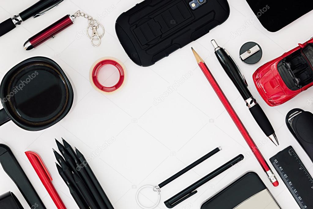 Travail de bureau élégant en noir et rouge sur fond blanc homme