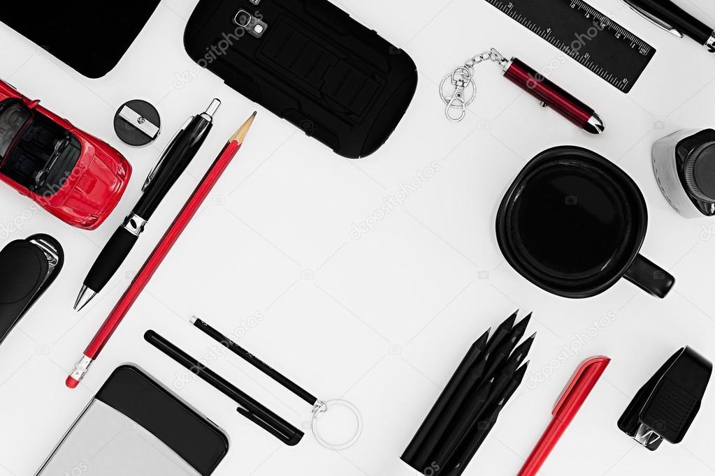 Travail de bureau élégant en noir et rouge sur fond blanc. homme