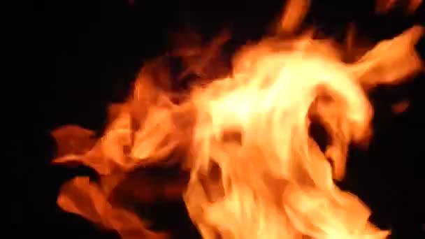 Hořící plameny ohně na černém pozadí closeup