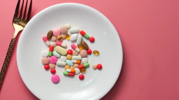 Nahaufnahme bunter Pillen auf dem Teller