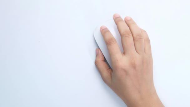 felső nézet a nők kéz segítségével számítógépes egér fehér háttér
