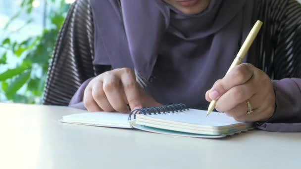 muszlim nők kézírás jegyzettömbön.
