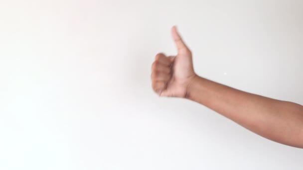 férfi kéz mutatva hüvelykujj-up fehér falon