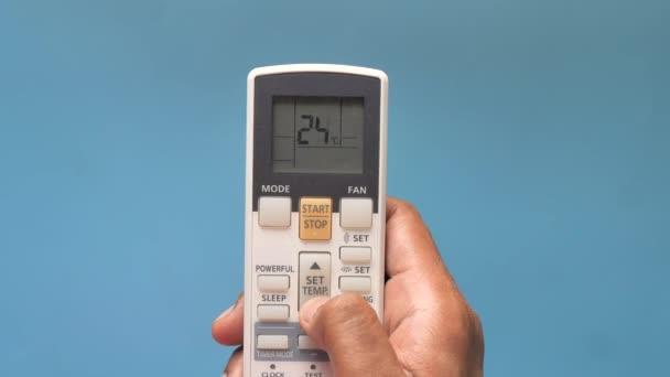 Detailní záběr muže ruka drží klimatizaci dálkové.