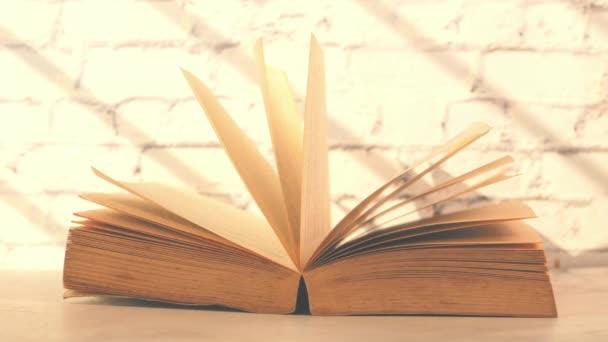 Zavřít otevřené knihy na stole
