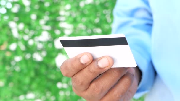 Hand hält Kreditkarten, die Informationen lesen