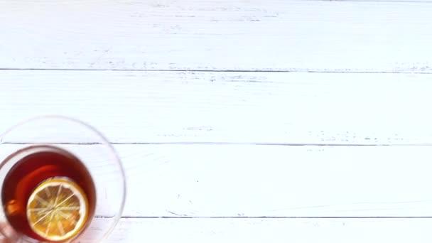 Horní pohled na citrónový čaj na dřevěném pozadí.