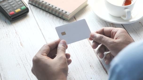 Rückseite der Hand, die Kreditkarten hält, die Informationen lesen