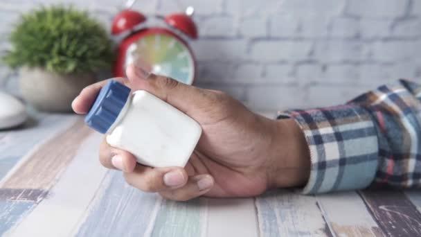 Person hält Tablettenbehälter in der Hand