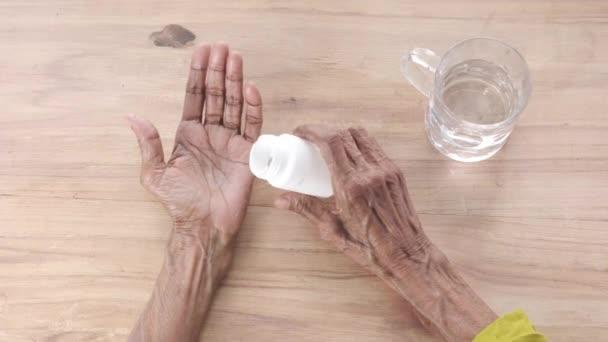 Senior hält Pillen mit Kopierplatz in der Hand