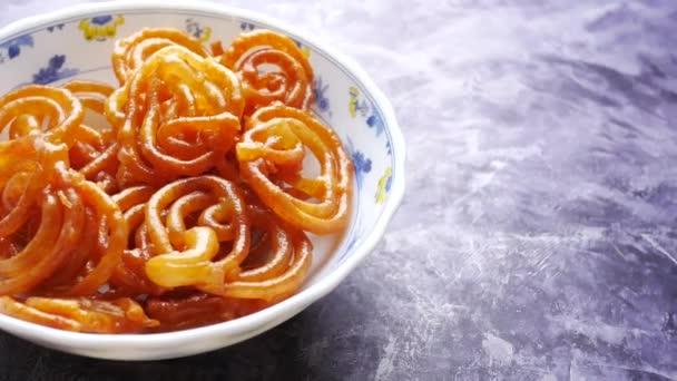Jalebi indické sladké jídlo na talíři ,