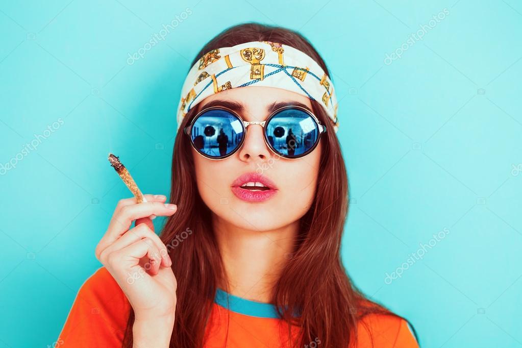 bfeeb83fe1 Chica hippie fumar marihuana y usar gafas de sol - imágenes: chica con gafas  de sol — Foto de ...