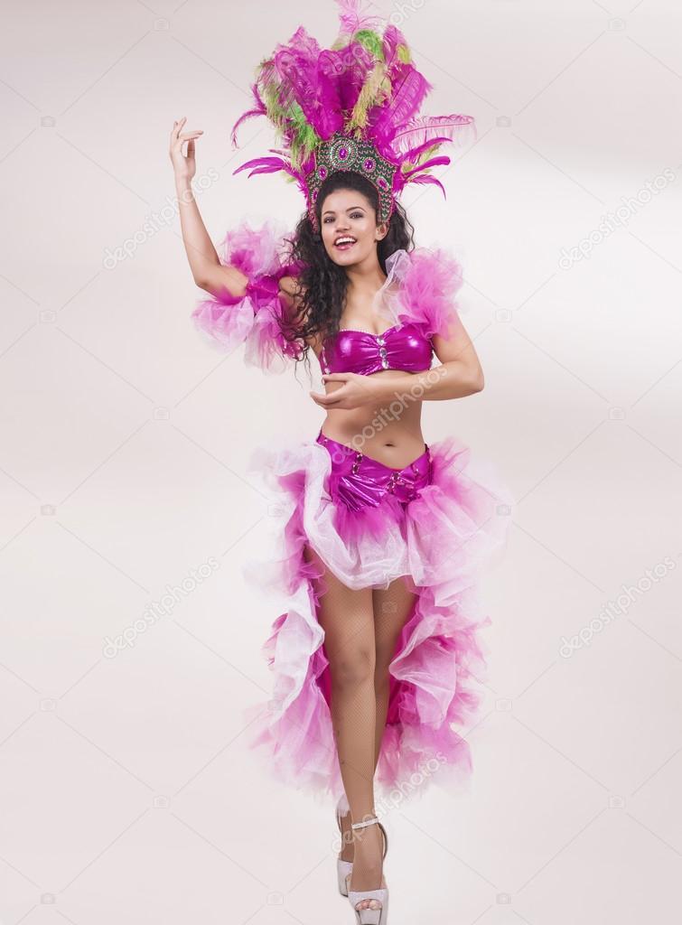 Mujer bailando samba y vistiendo traje típico — Foto de stock ...