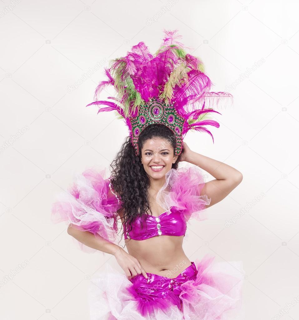5e60fad5f58 Mooie samba danser draagt roze kostuum en poseren — Stockfoto ...