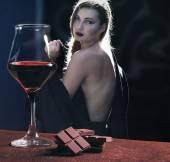 Fotografie Weinglas mit Schokolade und schöne Frau in der Stadt