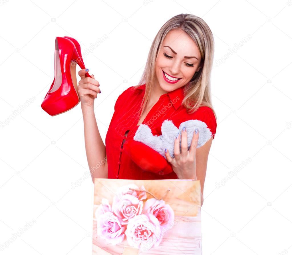 e49b499664b Ung vacker kvinna glad att ta emot röda högklackade skor och bära som  present — Stockfoto