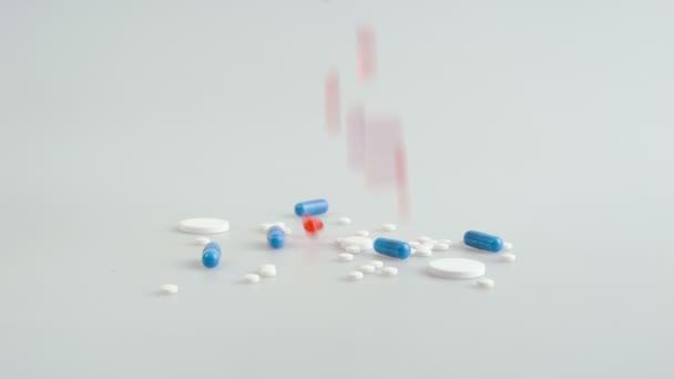 Számtalan tabletták zuhan.