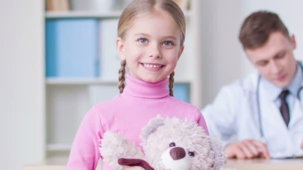 niedliches kleines Mädchen mit einem Termin im Krankenhaus