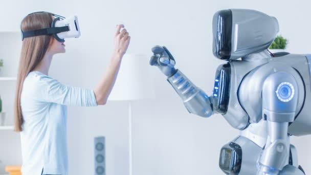 Kellemes nő, ismétlődő mozgások után robot