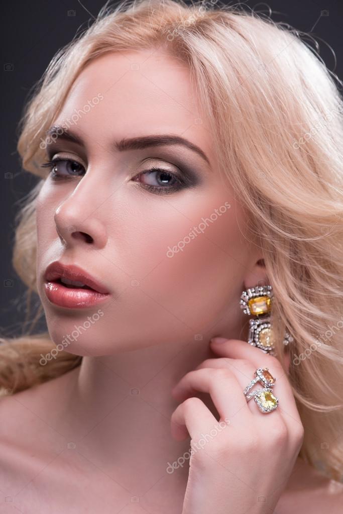Красивая блондинка дрочит-фото, как правильно нагнуть раком и трахать в пизду фото