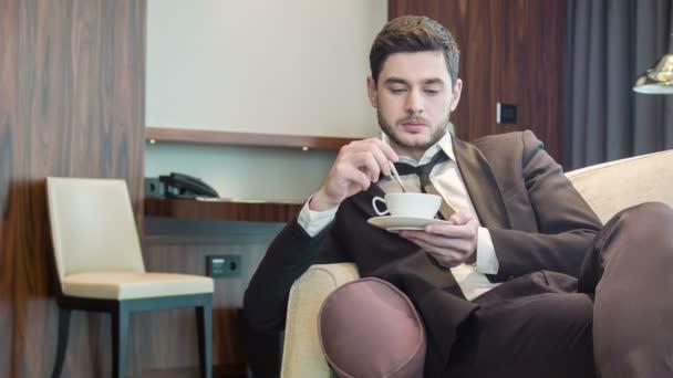 Pohledný mladík pití kávy