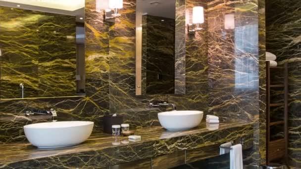 Luxusní koupelna v přírodních barvách