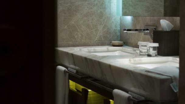 koupelna v luxusním hotelu