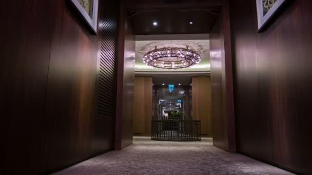 Vnitřek tmavě hotelového pokoje