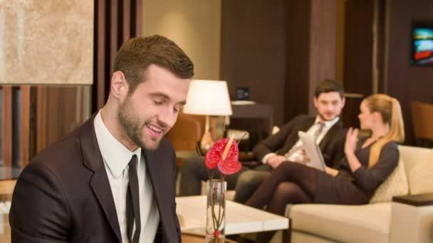 Obchodní muž na schůzce místnost
