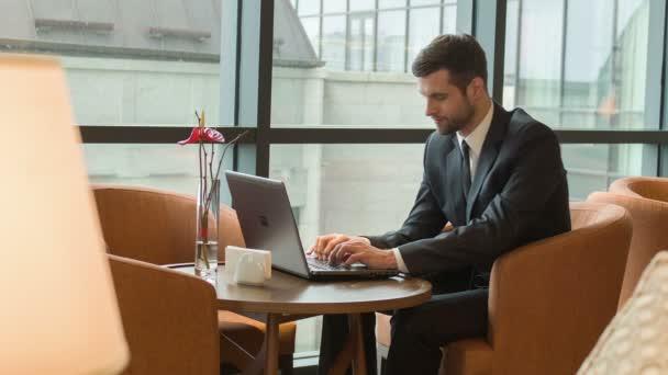 Obchodní muž při práci s přenosným počítačem
