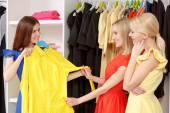 Fényképek Nők bevásárol együtt