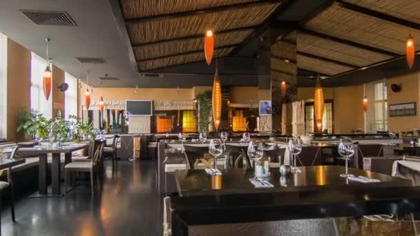 Horizontální dolly záběr populární moderního designu restaurace