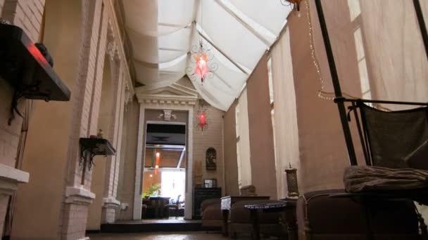 Populární moderní design, příjemné restaurace v béžové světlé barvy s dřevěnými stoly