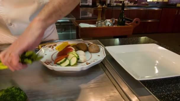 Horizontální dolly záběr stojící poblíž kovový stůl šéfkuchaře