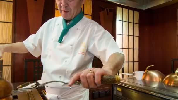 japanischer Koch kochen. Kamerafahrt