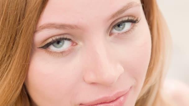 Hezká dívka v lehké ploché detailní záběr