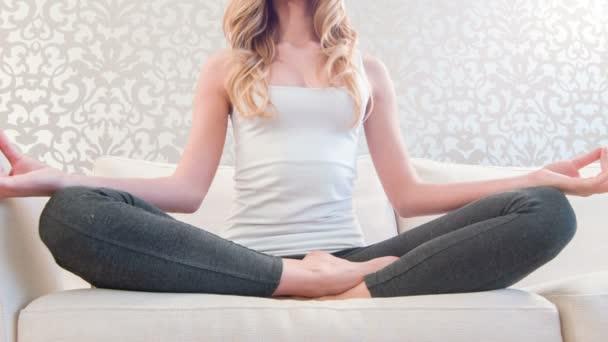 Csinos hölgy elmélkedünk kanapé időben jóga