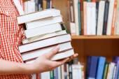 Fotografia Mani delluomo in una libreria