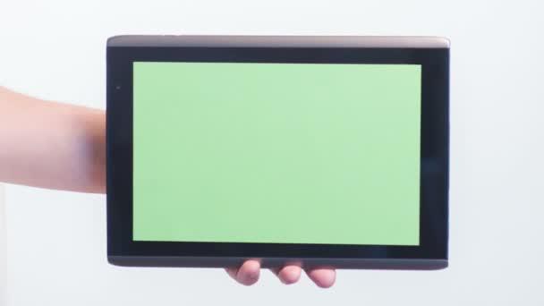 Mädchen klickt auf Tablet