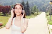 Fotografie lächelnd mädchen Musik hören