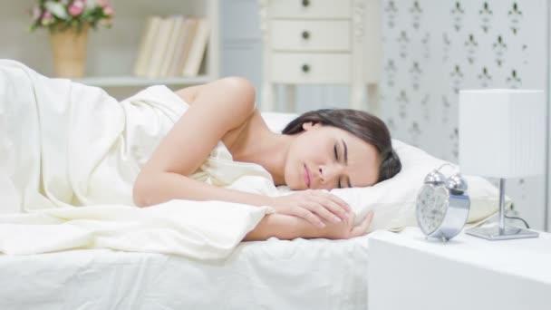 Mladá dívka vadí budík