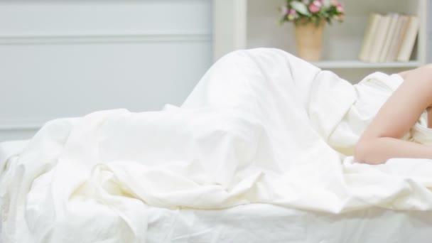 Fiatal nő fekszik az ágyban ébren depressziós