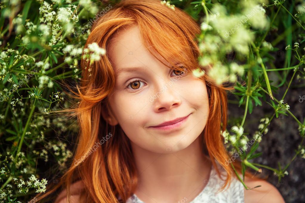 Nahaufnahme Porträt eines entzückenden kleinen Mädchens im