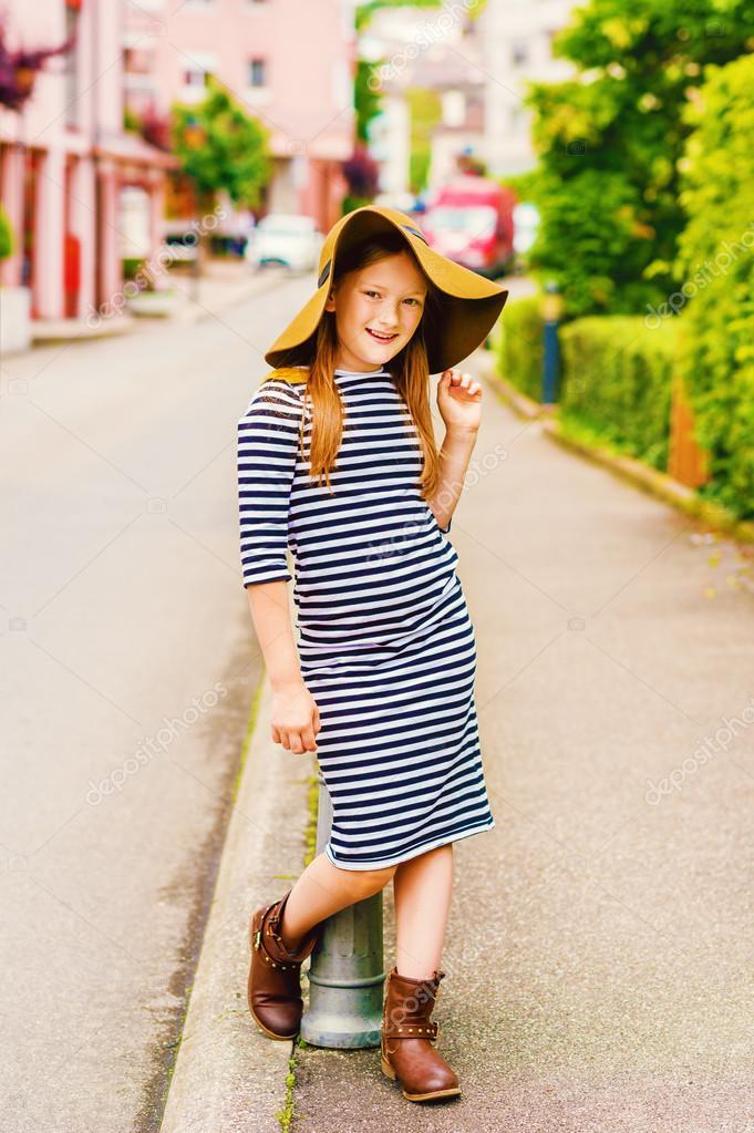 Retrato de moda al aire libre de una niña pequeña 9f7af306893