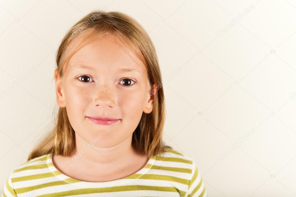 Studioaufnahme Der Entzückende Kleine 9 Jährige Mädchen Stockfoto
